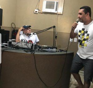 Biriba, na rádio de Farol, entrevistando o vereador Igor Pereira