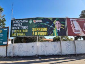 Outdoor de Jair Bolsonaro em área pública em Campos-RJ