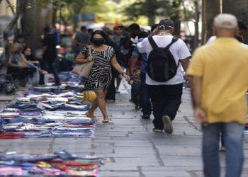 Pessoas caminham entre vendedores ambulantes vendendo suas mercadorias no centro do Rio de Janeiro, Brasil, 1º de setembro de 2020. REUTERS / Ricardo Moraes