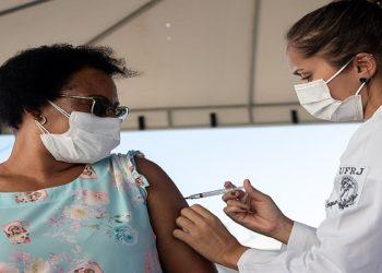 Vacinação Profissionais de Saúde contra Covid-19 na Cidade Universitária. Macaé/RJ. Data: 09/04/2021. Foto: Rui Porto Filho