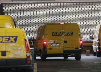 Movimento no Centro de Tratamento de Encomendas dos Correios, em Benfica
